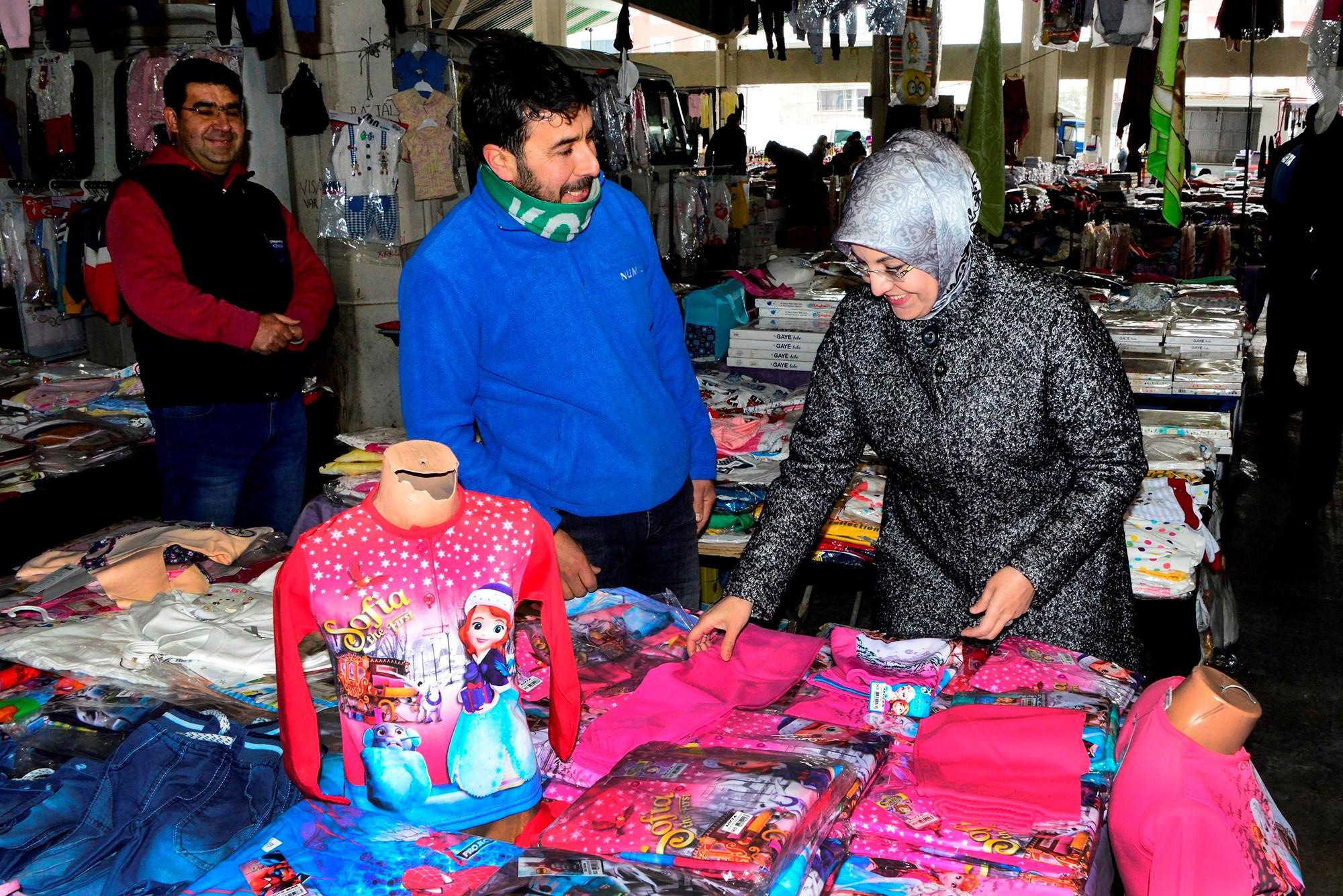 Başkan Fatma Toru pazarda