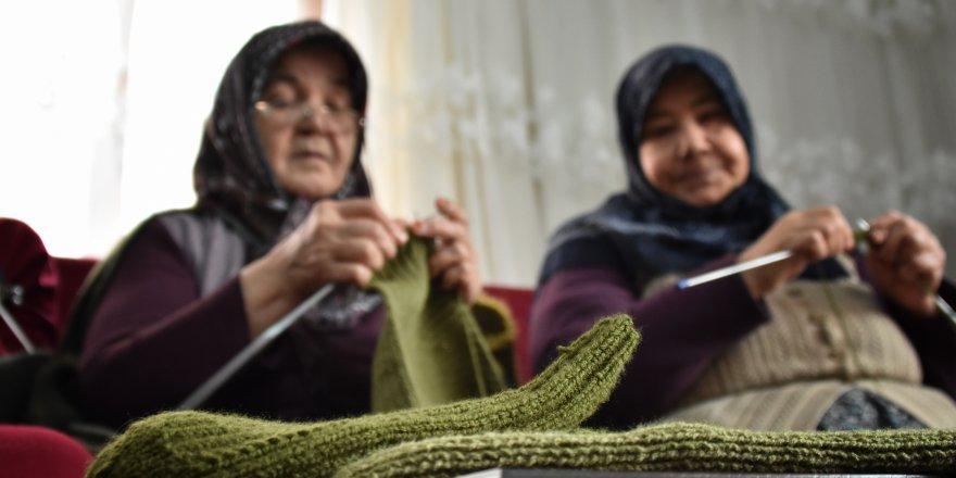 Konyalı kadınlardan Mehmetçiğe el emeği kışlık giysi