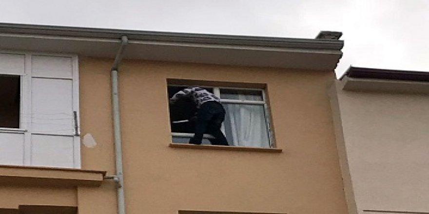Elinde bıçakla, 4. kat penceresinde intihara kalkıştı