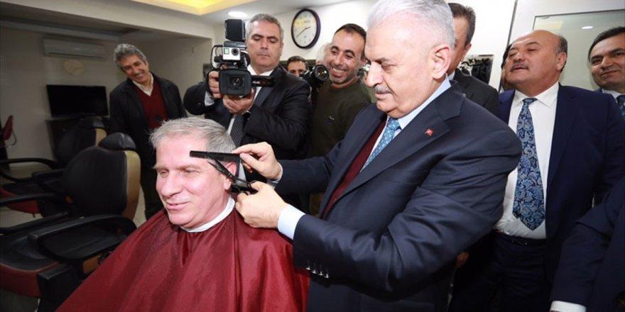 Başbakan Yıldırım Berberde Bir Vatandaşı Tıraş Etti