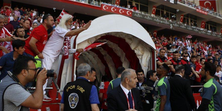 Antalyaspor Taraftarından Eto'o'ya Çirkin Hareket