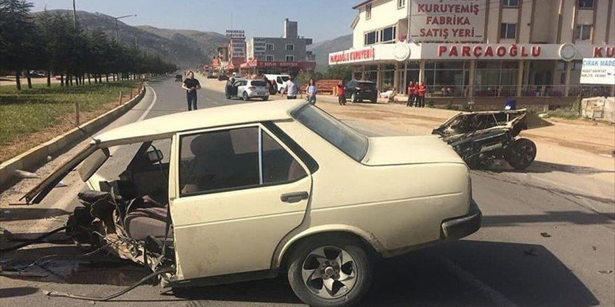 İkiye Ayrılan Otomobilde Emniyet Kemeri Kurtardı