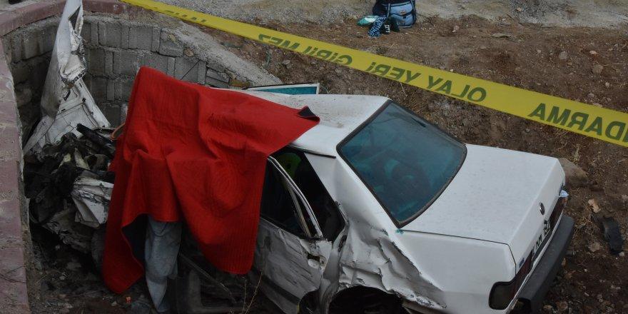 Kazada ağır yaralandı, yaşama bebeğiyle tutundu