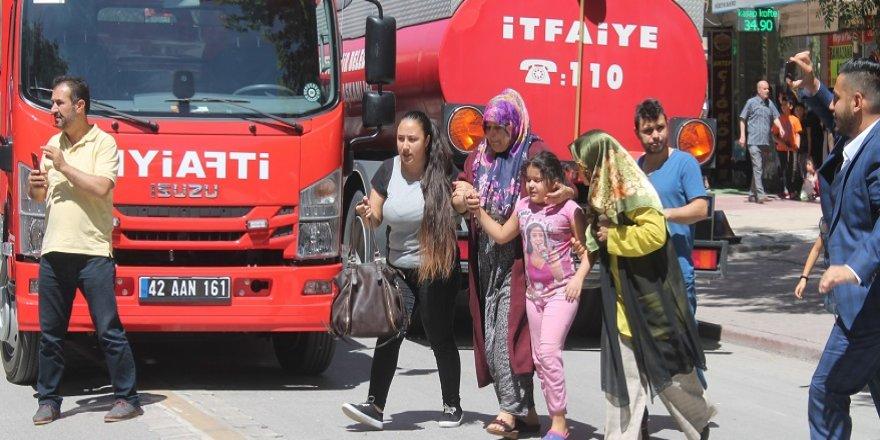 Konya'da bir apartmanda çıkan yangında mahsur kalan 11 kişi itfaiye merdiveniyle kurtarıldı