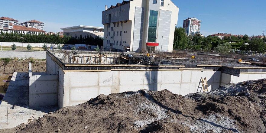 Öğretmenevi inşaatında beton kalıplar çöktü