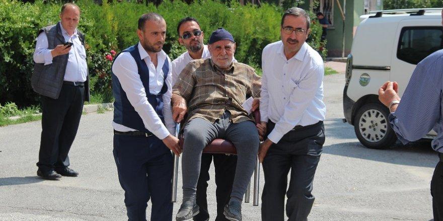 Yaşlı adam oy kullanacağı sandığa sandalyeyle taşındı