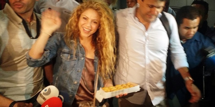 Gazetecilerden Shakira'ya baklava ikramı