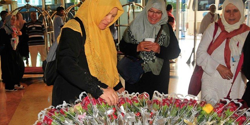 Hacı Adayları Çiçeklerle Karşılanıyor