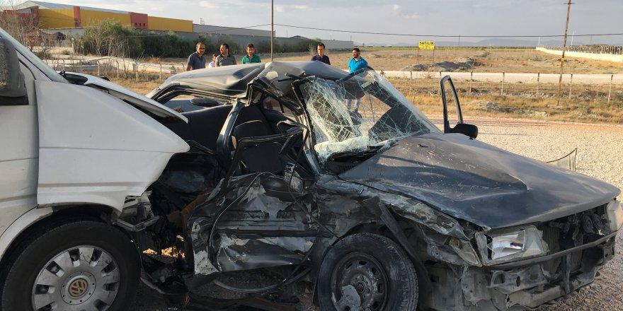 Konya'da Otomobil İle Minibüs Çarpıştı: 2 Ölü, 3 Yaralı