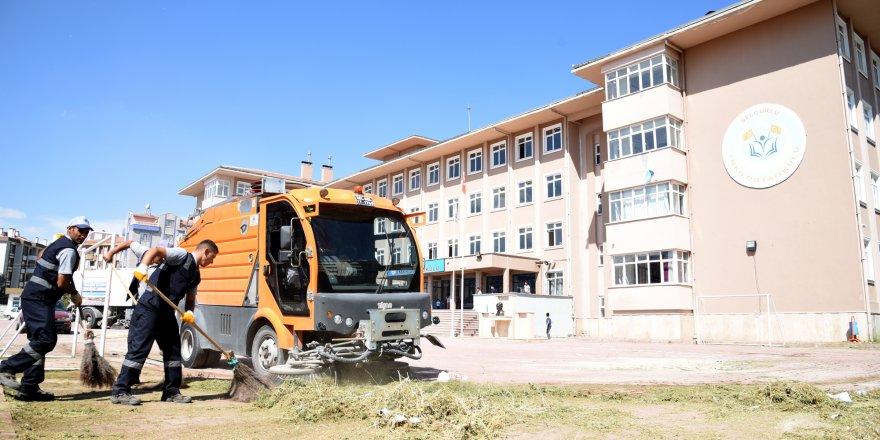 Selçuklu'da okul bahçeleri temizlendi