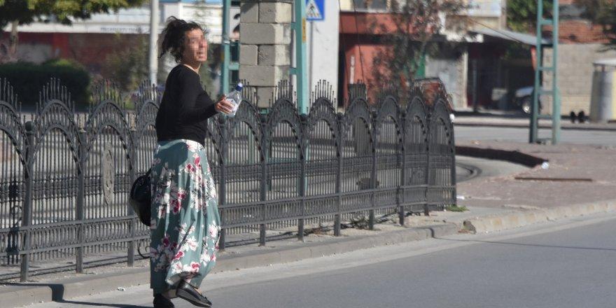 Elinde içki şişesiyle caddeye indi, polislere sevgilisini arattı