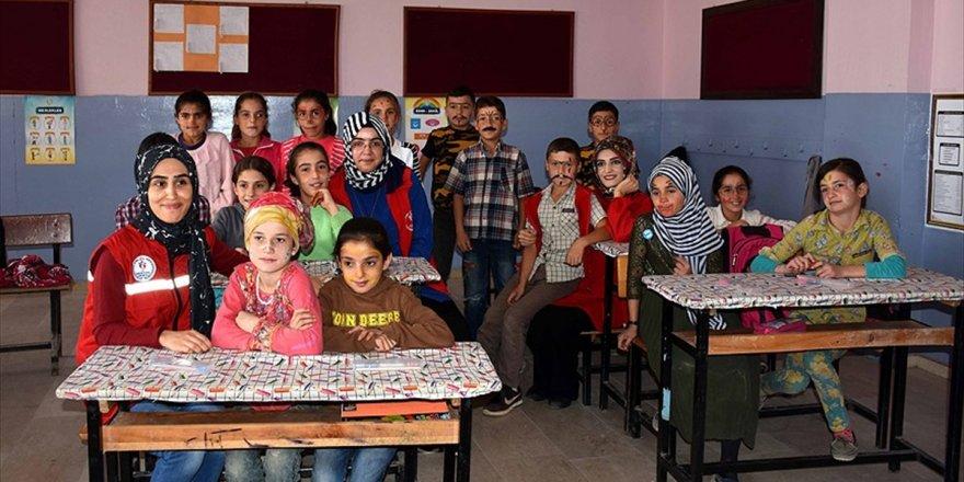 Gençler Köy Çocuklarının Yüzünü Güldürdü