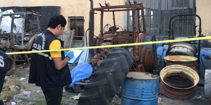 Hurda traktörün yanında ölü bulundu
