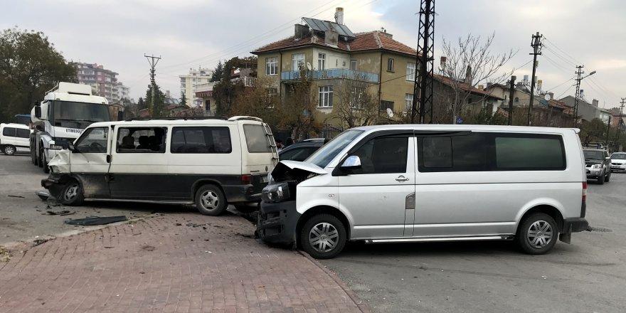 Konya'da Kamyonet İle Minibüs Çarpıştı: 13 Yaralı