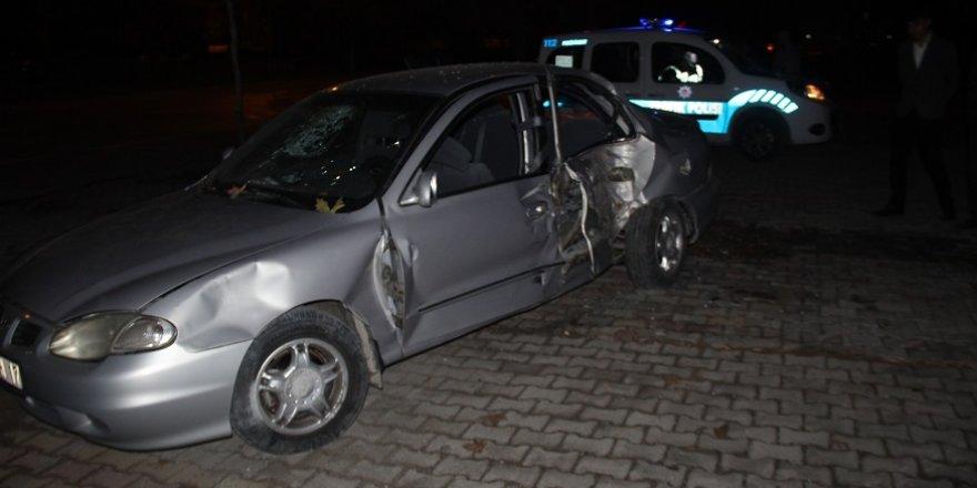 Otomobil elektrikli bisiklete ve ağaca çarptı: 6 yaralı