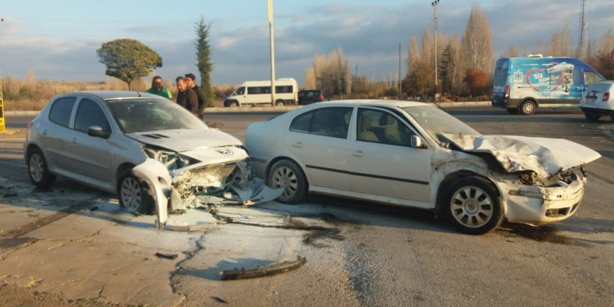 Otomobil park halindeki araca çarptı: 2 yaralı