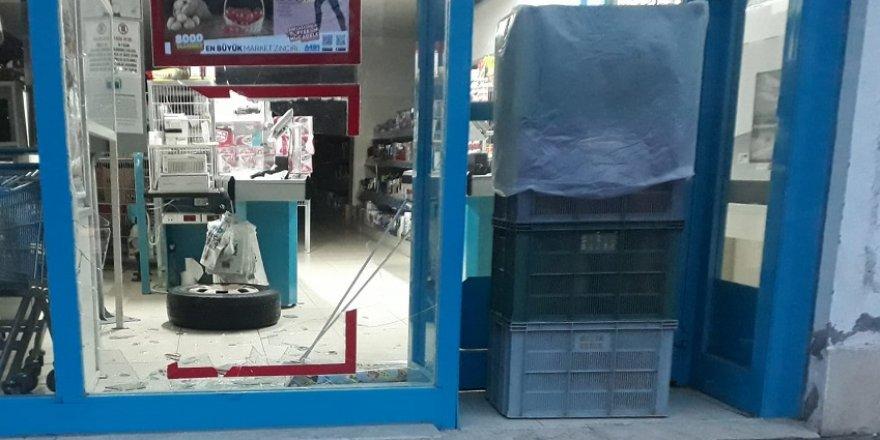 Servis minibüsünün virajı dönerken fırlayan tekeri markete girdi