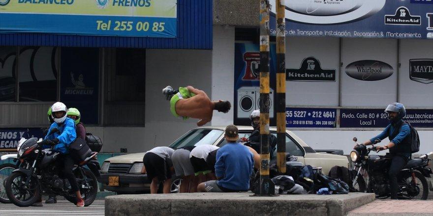 Hayatlarını Trafik Lambaları Önünde Akrobasi Yaparak Kazanıyorlar