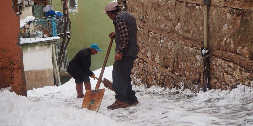 Bozkır'da İmece Usulü Kar Temizliği