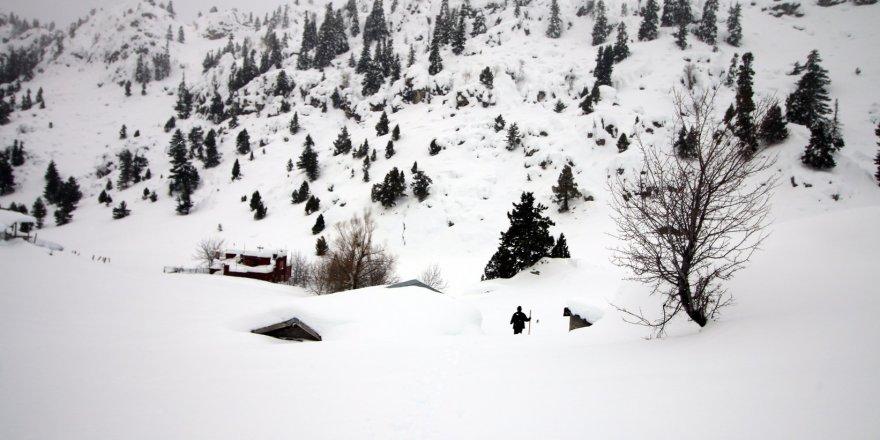 Toros Dağlarında Yayla Evleri Kardan Kayboldu