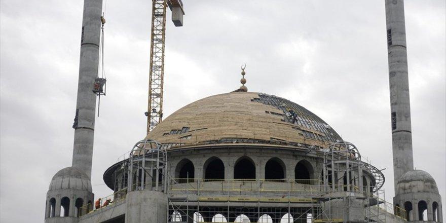 Taksim Camisi'nin Alemi Yerleştirildi