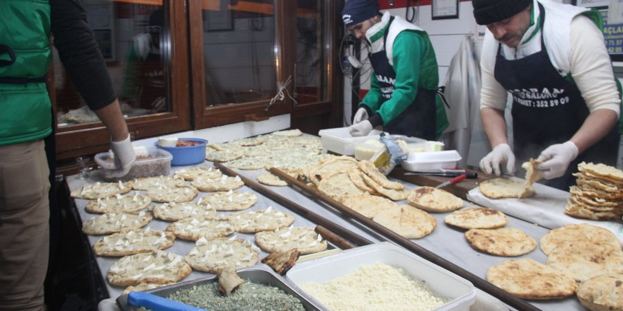 """Anadolu'nun pizzası olarak bilinen """"yağ somunu""""na yoğun ilgi"""