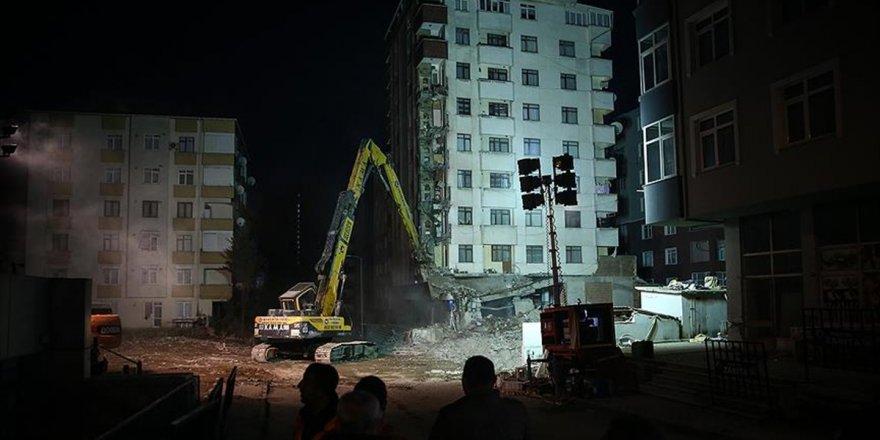 Kartal'da Riskli Binalardan İlkinin Yıkımına Başlandı