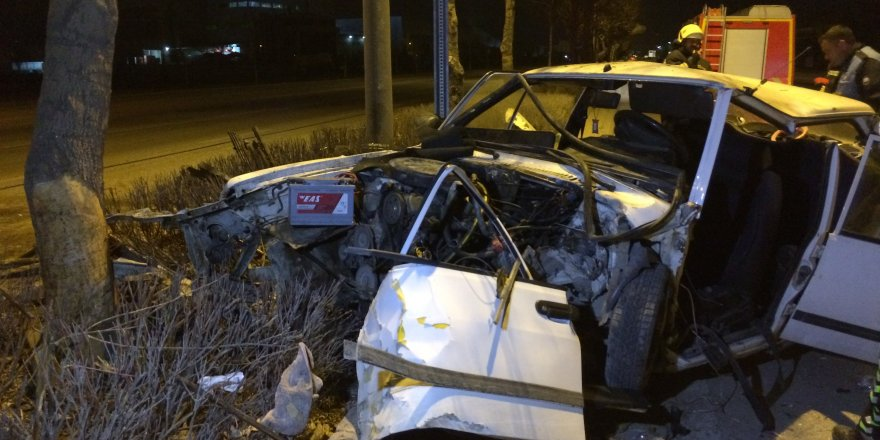 Ağaca çarpan otomobilin sürücüsünü sıkıştığı yerden itfaiye kurtardı