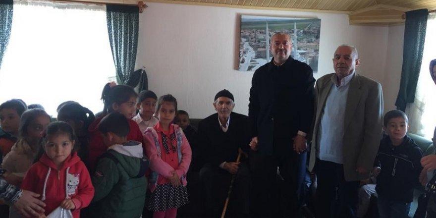 Anaokulu öğrencilerinden yaşlı yaşam merkezine ziyaret