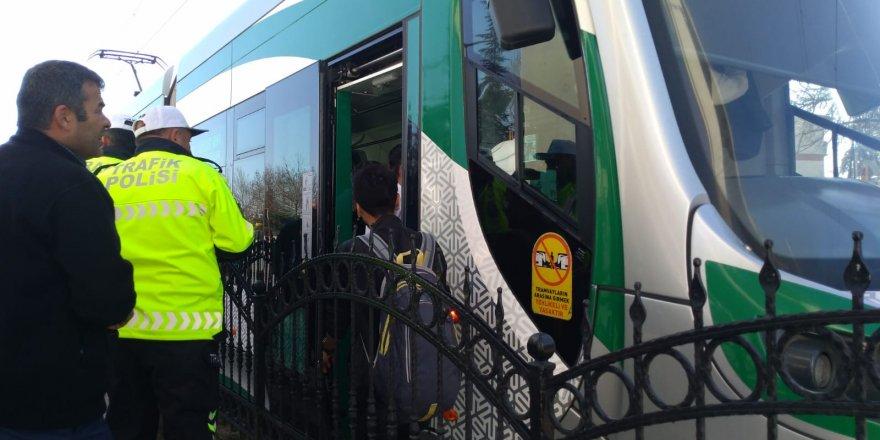 Tramvay genç kıza çarptı