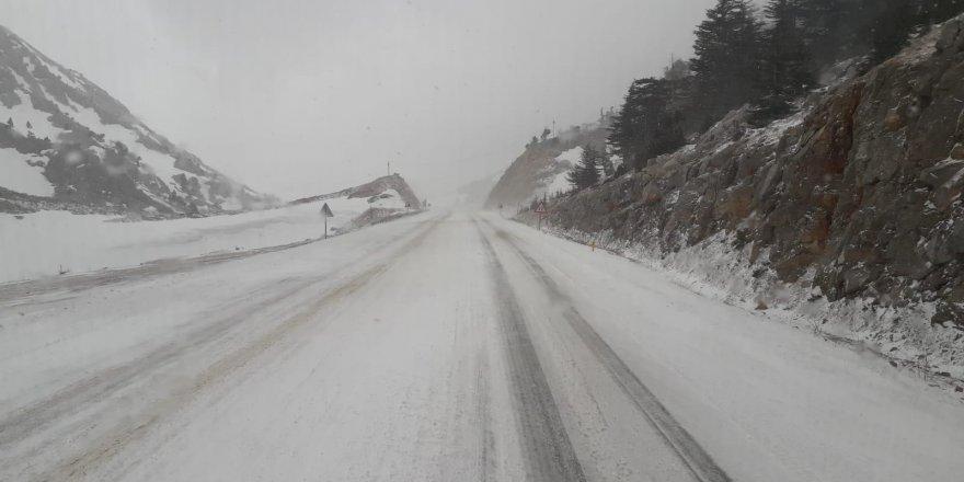 Antalya-Konya yolunda kar yağışı trafiği aksattı