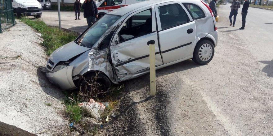 Tur Otobüsü İle Otomobil Çarpıştı: 2 Yaralı