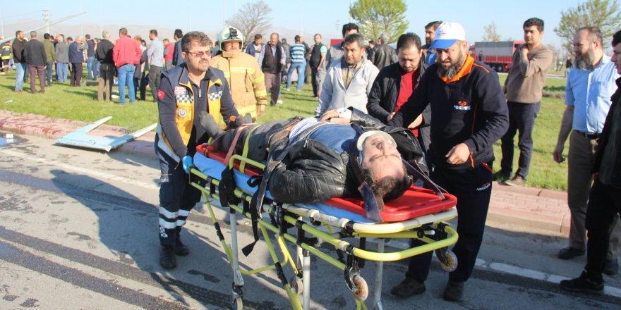 Konya'da işçi servisi ile tır çarpıştı: 1 ölü, 24 yaralı