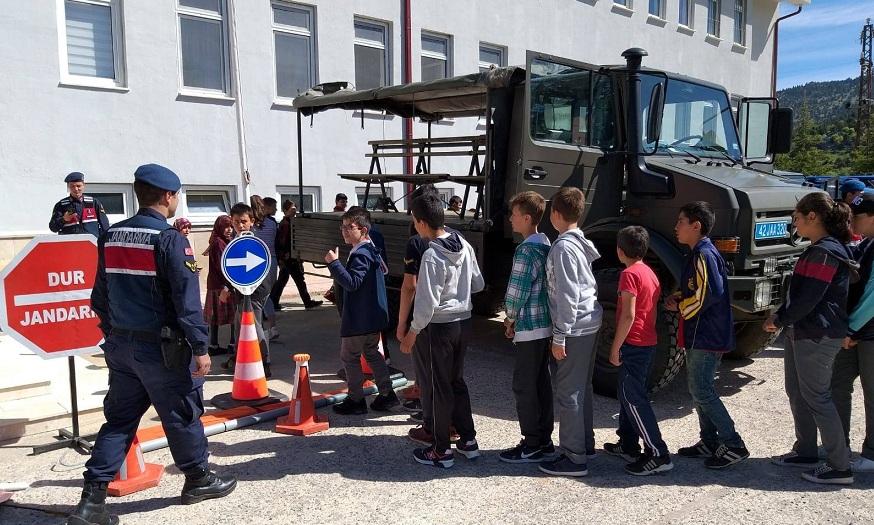 Derebucak'ta öğrencilere jandarma teşkilatı tanıtıldı