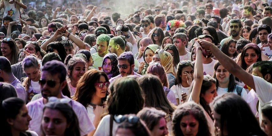 Türkiye'de Nüfusun Yüzde 15,8'ini Gençler Oluşturuyor