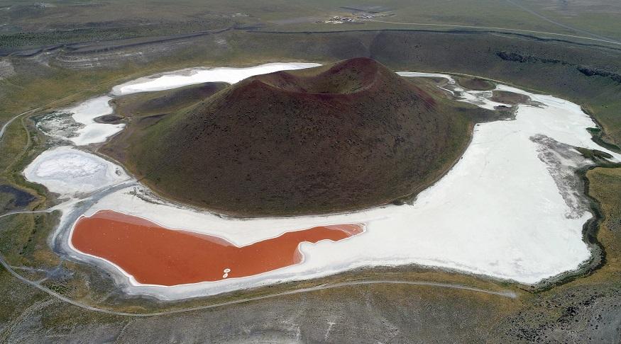 Meke Gölü kırmızıya büründü