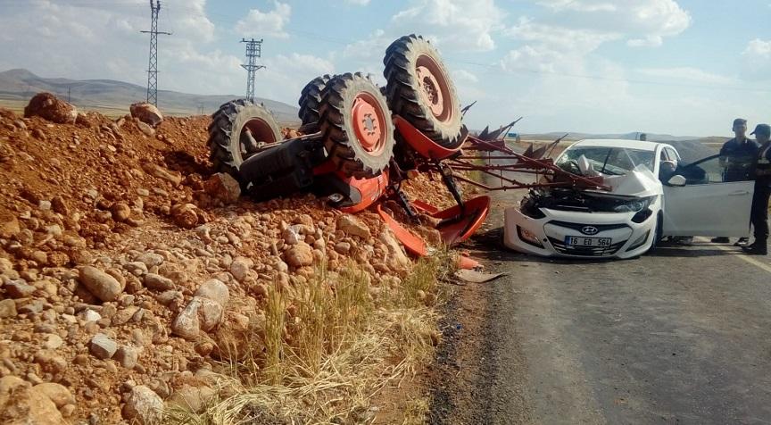 Otomobil traktörle çarpıştı: 2 yaralı