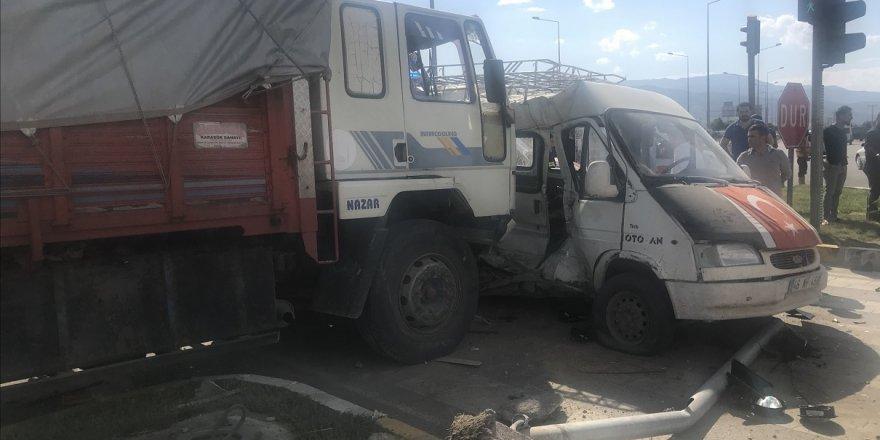 Konya'da Minibüs İle Kamyon Çarpıştı: 13 Yaralı