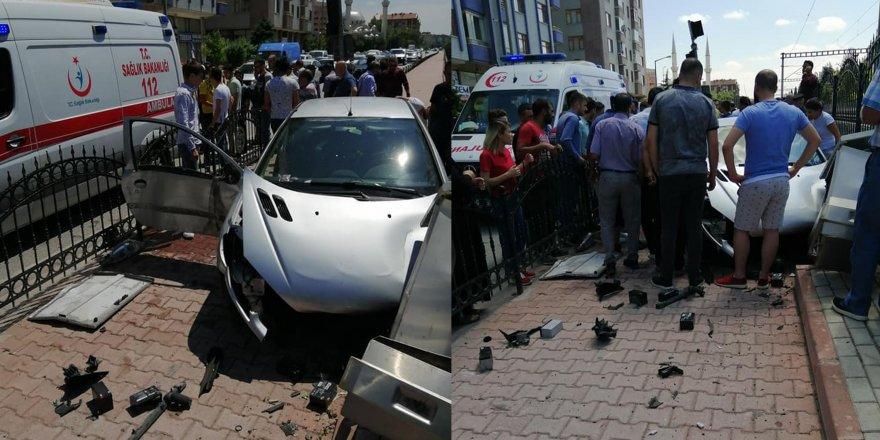 Konya'da otomobil duvara çarptı