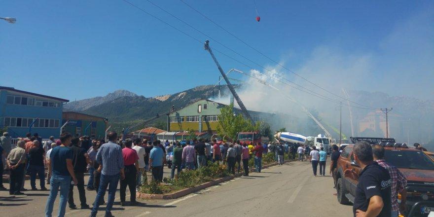 """Bakan Kurum: """"İtfaiye ekiplerimiz yoğun bir gayretle yangını söndürmek için çalışıyor"""""""