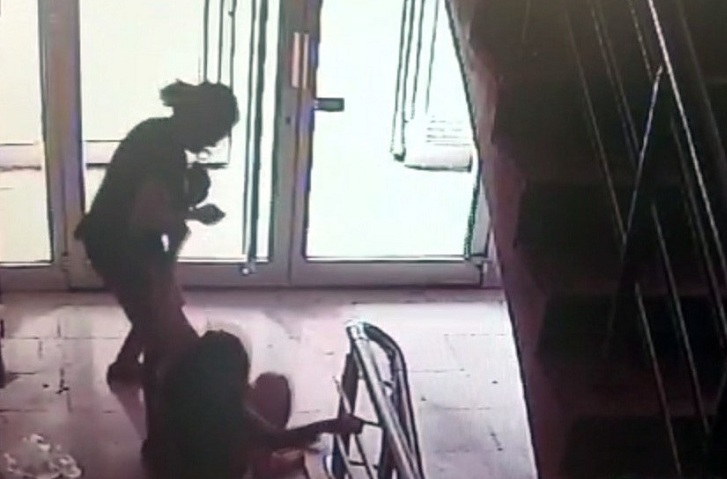 Komşu kızını darp edip saçlarını yoldu