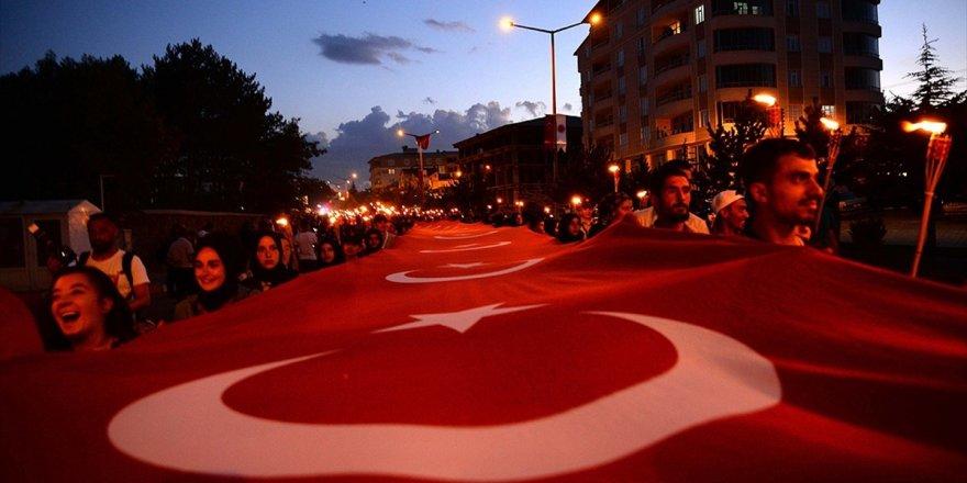 """1071 Metrekare Türk Bayrağıyla """"Fener Alayı"""""""