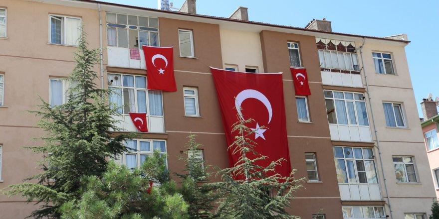 Konyalı şehidin evine bayrak asıldı