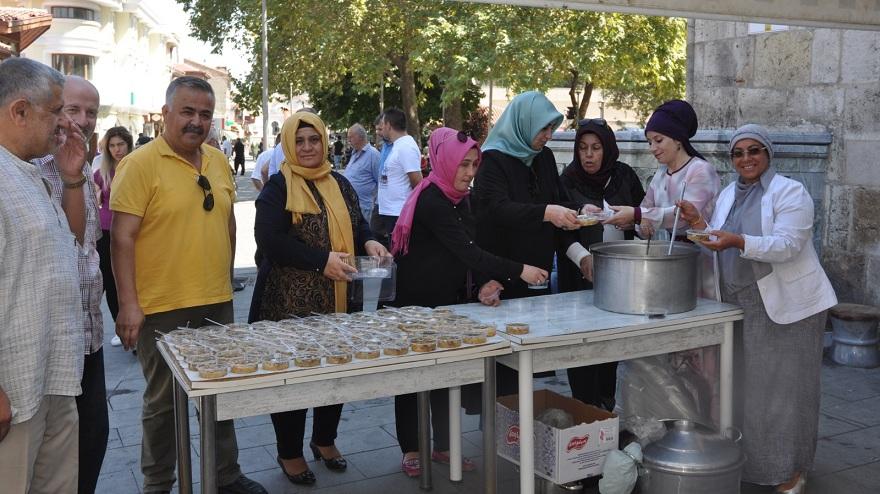 Mehmet Eren ve Arkadaşları aşure dağıttı