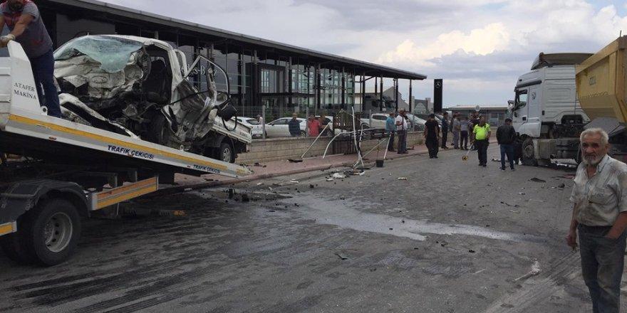 Kamyonet ile hafriyat kamyonu çarpıştı: 1 ölü, 2 yaralı