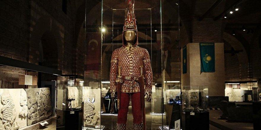 'Altın Elbiseli Adam'ın Türkiye Yolculuğu Sona Eriyor