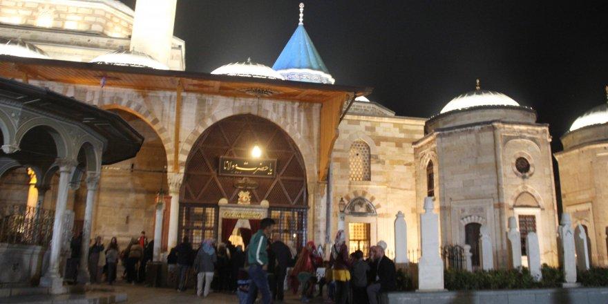Mevlit Kandili'nde Mevlana Hazretleri Türbesi ve camiler doldu taştı