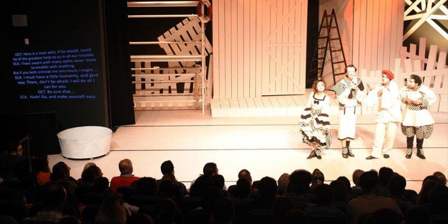 Tiyatro Oyunu Yabancılar İçin İngilizce Alt Yazılı Sahnelendi