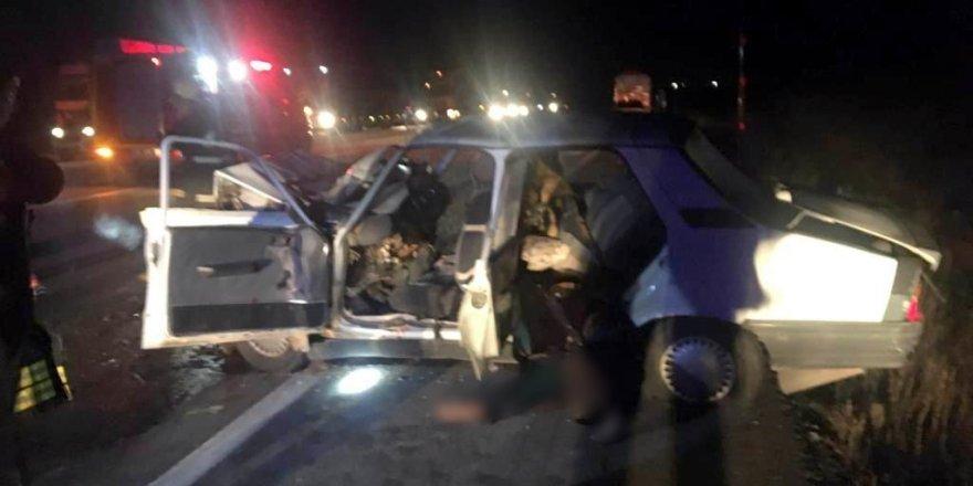 Otomobil traktöre bağlı römorka çarptı: 2 ölü, 3 yaralı