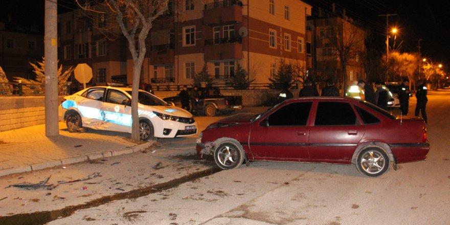 Otomobil ve polis aracı çarpıştı: 4 yaralı